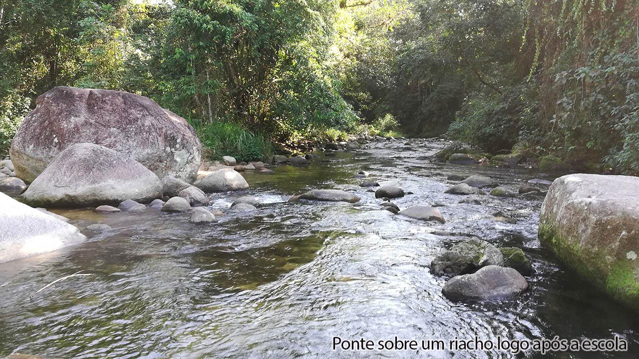 Ponte sobre riacho logo após escola no Ubatumirim