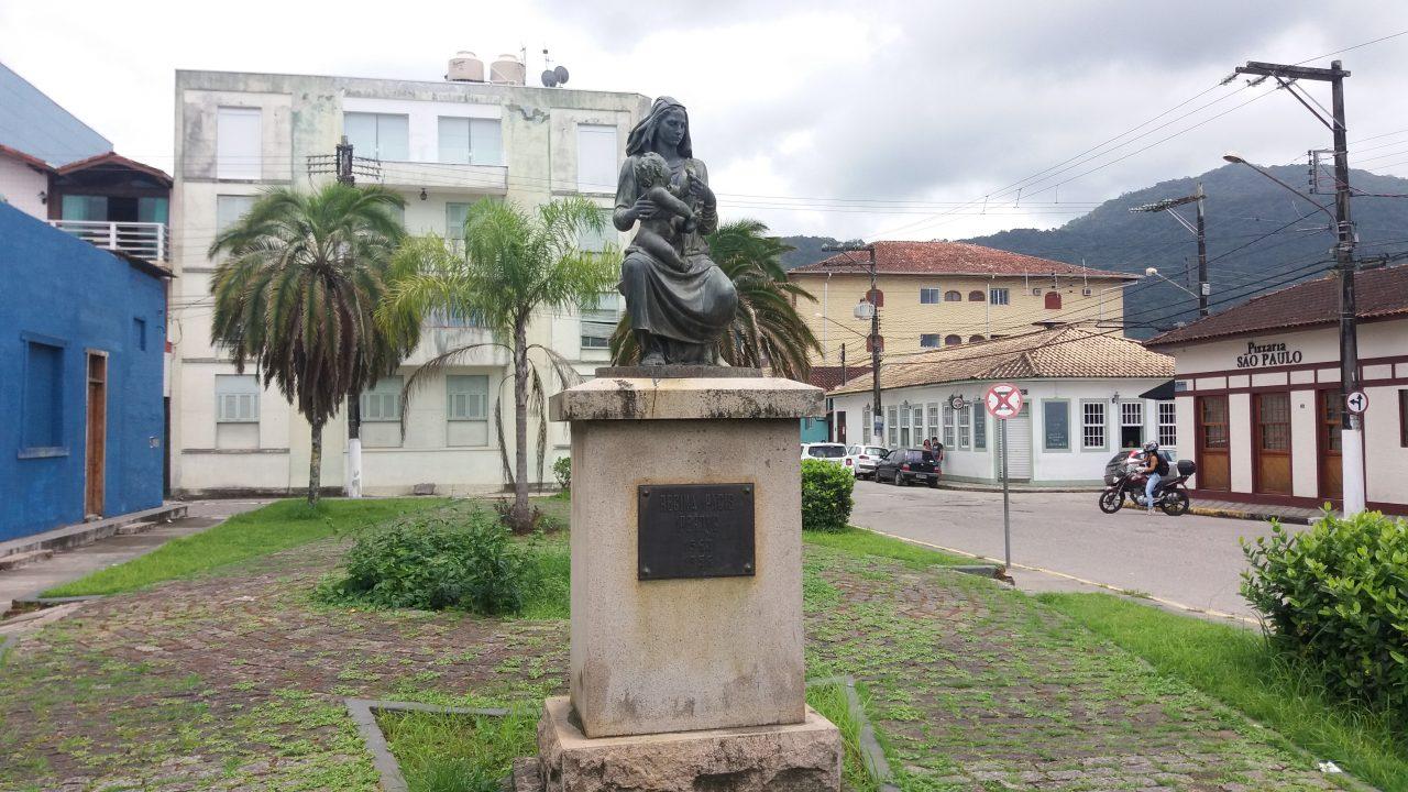 Estátua na Praça Nossa Senhora da Paz