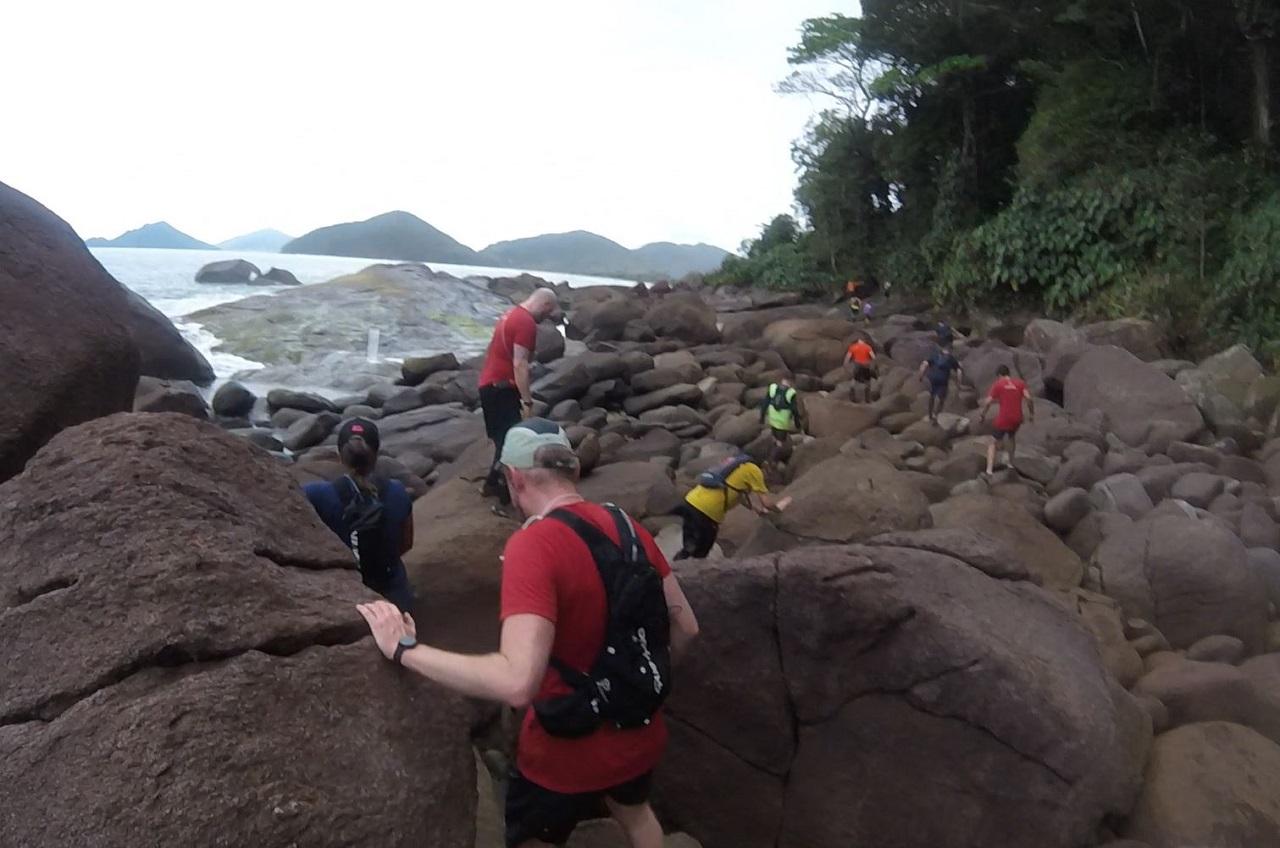 Uma trilha de pedras no final da praia